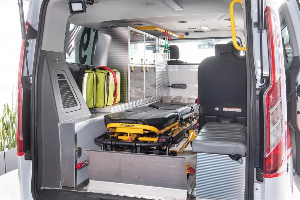 福特旅行家客製化訂製的救護車在空間機能上充份展現優勢,方正的車室與果嶺式的平整化底盤創造極大化車室空間,不僅利於救護人員施行急救,也可裝載最完整的急救裝備
