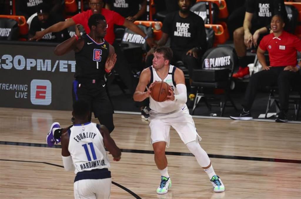 獨行俠季後賽首戰雖敗給快艇,但東契奇獨拿42分,成為NBA史上第三人。(美聯社)