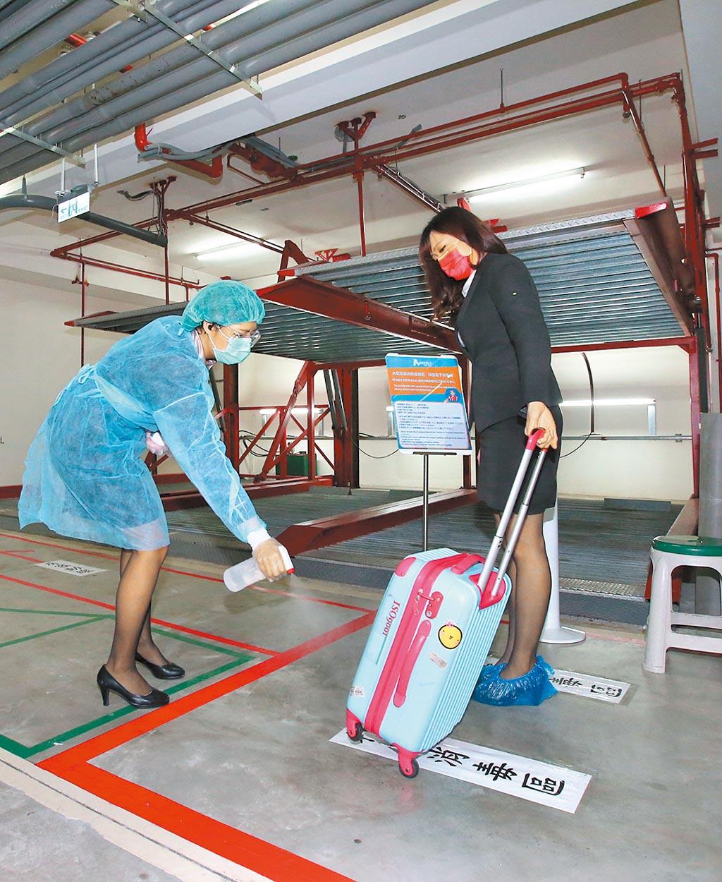 針對新冠肺炎疫情延燒,台北市防疫旅館針對入住旅客從一下車就開始替行李進行消毒做好防疫準備。(本報資料照片)