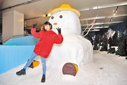 李芷婷合影雪人消暑氣