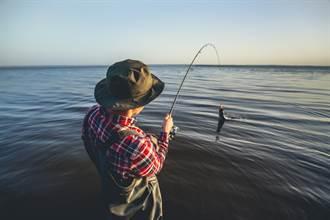 大叔悠閒釣魚突棄桿急逃命 下秒驚險躲過死神攻擊
