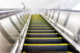 「每個人都在瞪你」 台大教授電扶梯站左邊遭嗆:被羞辱是必要的