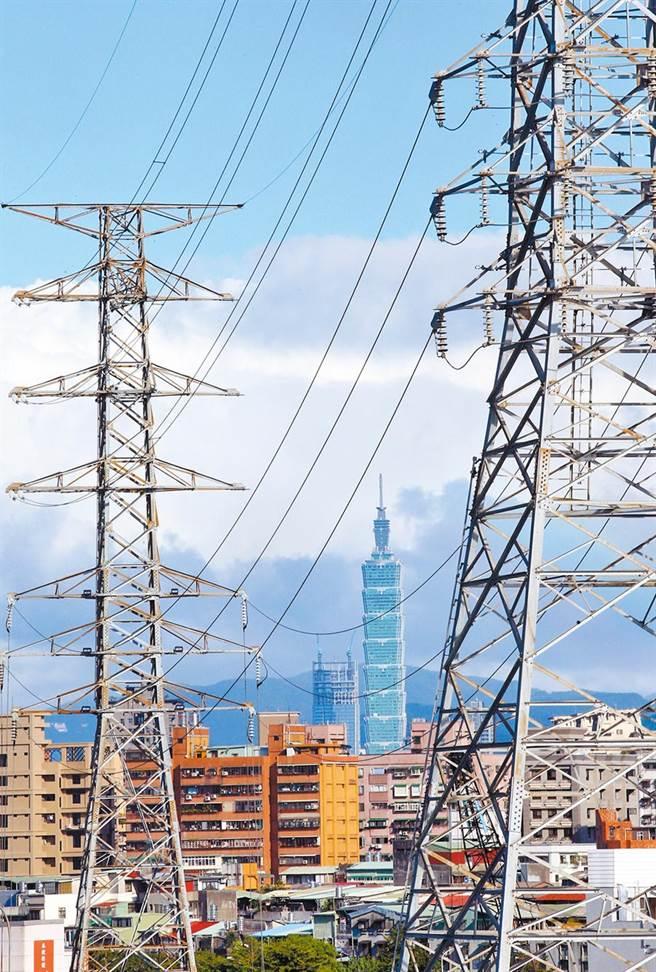 經濟部昨天公告修正《電源不足時期限制用電辦法》,首度納入如因「政治、戰爭」等因素,預期電力供應不足時,主管機關得啟動緊急限電。圖為台北市區內的高壓電塔。(本報資料照片)