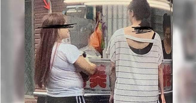 車手集團頭目朱女吸收同學李女擔任「心腹大臣」,兩人經常膩在一起。(圖/翻攝畫面)