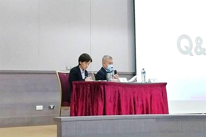 同欣電18日召開法說會,右為總經理呂紹萍、左為財務長黃嘉麗。(記者林資傑攝)