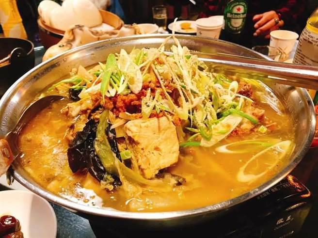 彭成堂的菜尾鴨,鴨肉搭配20多種香料食材炸再蒸,並進冰箱低溫發酵,成就特殊的滋味。(彭成堂提供/台中馮惠宜傳真)