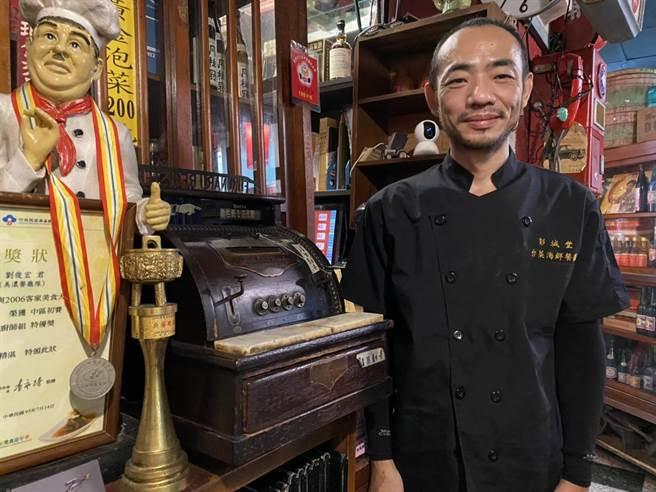 彭城堂老闆劉俊宏說,從高中開始就喜歡收集台灣古早味的文物,回鄉開台菜餐廳,這些收藏也成為餐廳的裝飾品。(馮惠宜攝)