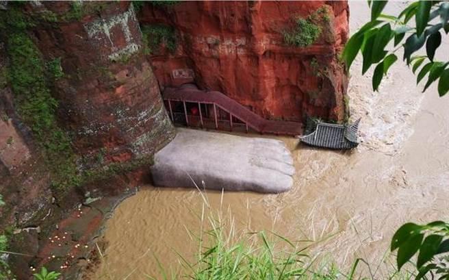 四川洪水已經漫過樂山大佛腳趾,這也是大陸建政以來的首次,隨著洪水險情擴大,千年大佛的安危令人憂心。(圖/中新社)
