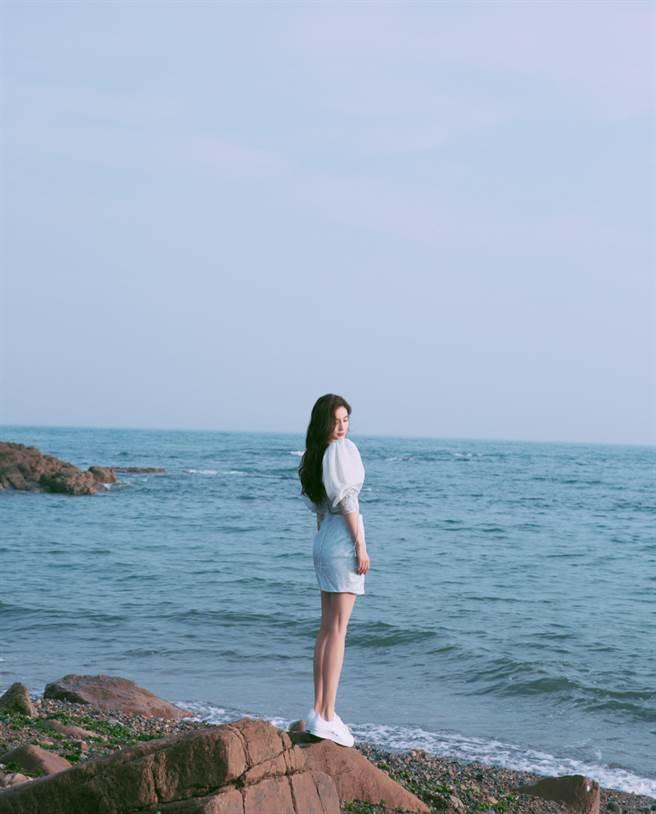Angelababy中空裙秀螞蟻腰 一轉身整片美背鏤空(圖/摘自微博@杨颖工作室)