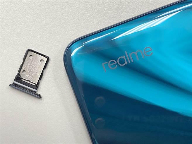 realme X3雙卡卡槽採用雙層設計。(黃慧雯攝)