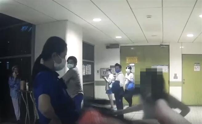 林女情緒失控拿提袋攻擊女警。(翻攝畫面)