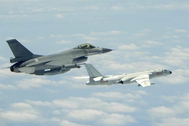 美專家認為,賣F-35給台灣,維持飛機所費不貲,訓練飛行員熟悉新型戰鬥機也需很長時間,因此購買更多的F-16V是比較好的選擇。圖為台灣的F-16戰機升空攔截大陸的轟-6K轟炸機。(圖/國防部)