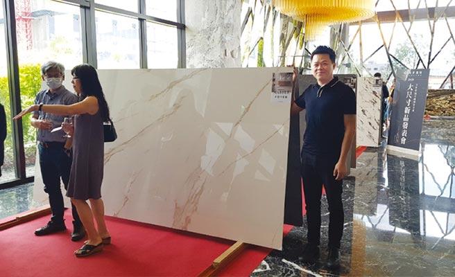 瑪摩麗磁執行副總黃曜權表示,義大利薄板大尺寸磁磚可用於建築體的室內外空間,相較石材的重量少三分之一,達到減輕建築體重量的目標。圖/王妙琴