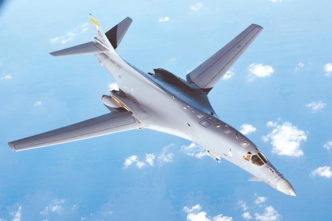 美軍1架B-1B轟炸機16日從關島安德森空軍基地起飛,進入東海海域與台灣東部海面。圖為B-1B轟炸機在2017年8月31日自關島起飛後,在日本附近與日、韓聯合演習。(美聯社)