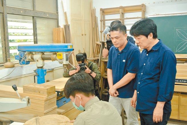 賴清德在王嘉納老師介紹下,認識玉東國中木工班。(羅亦晽攝)