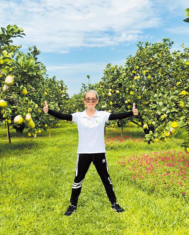 張津雪接手丈夫生前的柚園,從務農門外漢,最終種出得獎文旦。(張津雪提供/李宜杰台南傳真)