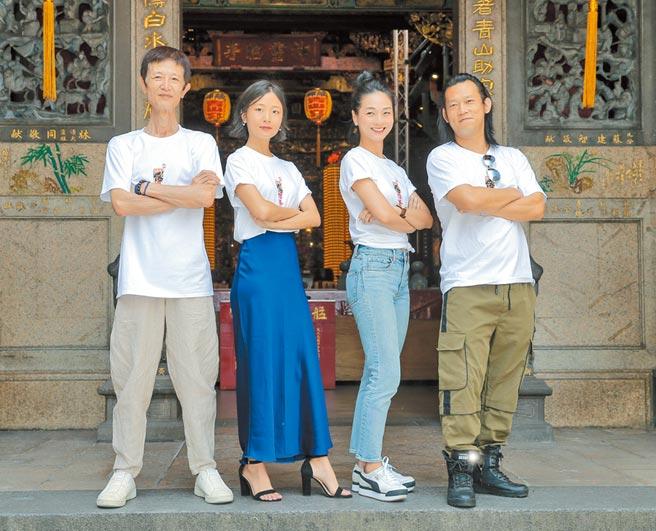 阿西(左起)、許安植、陳雪甄、顏正國向神明祈求電影熱賣。(盧禕祺攝)