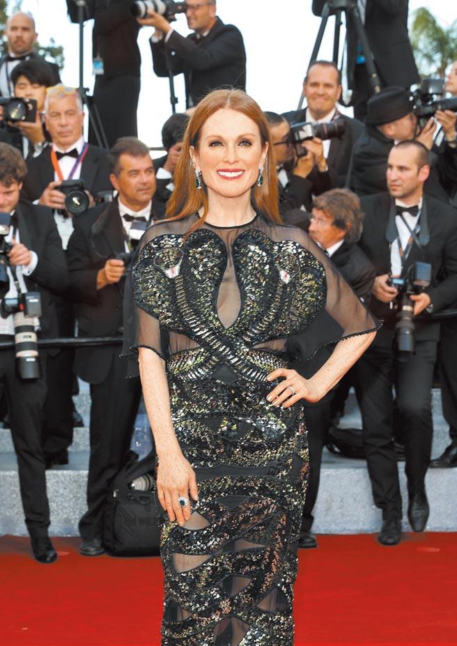 好萊塢女星茱莉安摩爾佩戴蕭邦的「綠地毯」系列珠寶出席坎城影展。(CHOPARD提供)