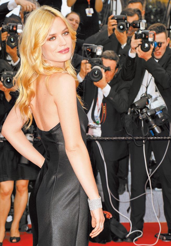 蕭邦珠寶標榜環保、人道與公平交易,深受好萊塢女星的喜愛,圖為名模Georgia May走紅毯。(CHOPARD提供)