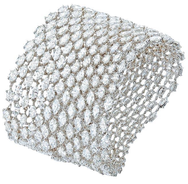 蕭邦鉑金鑽石手環,鑲嵌欖尖形切割325顆93.2克拉鑽石,2341萬元。(CHOPARD提供)