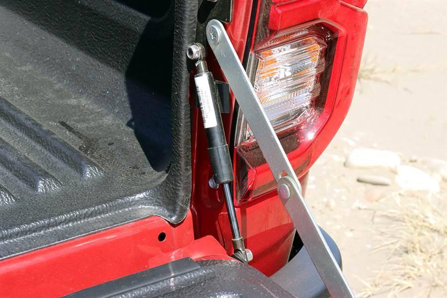 此油壓桿為選用配件。