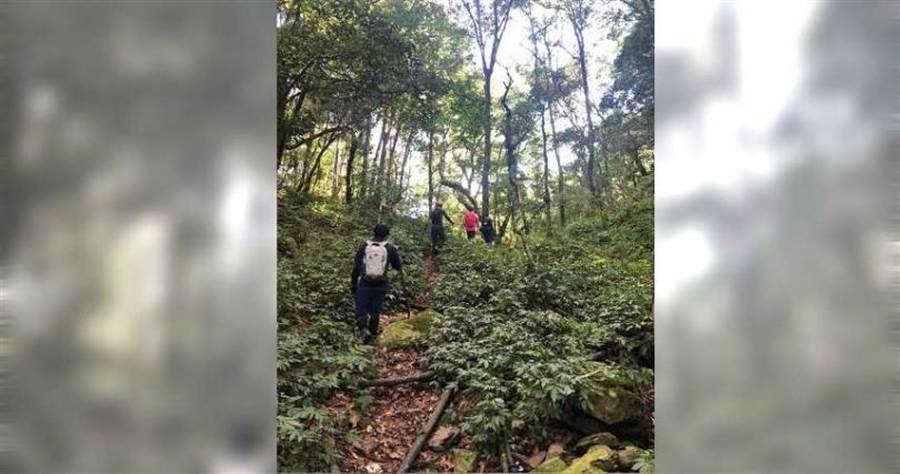 警消獲報後每天出動兩組人上山搜尋,但都找不不到人。(圖/翻攝畫面)