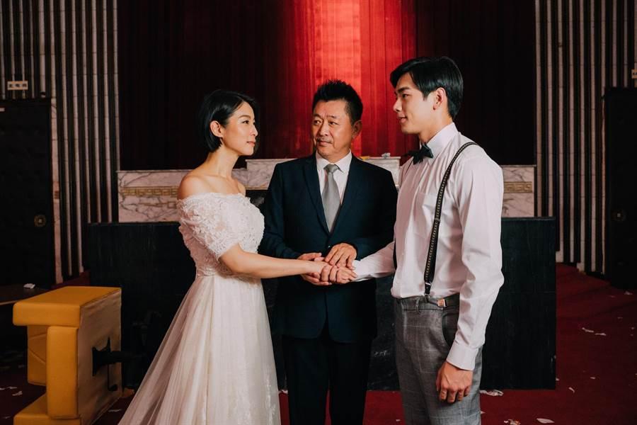 賴雅妍、禾浩辰婚紗照,庹宗華牽起兩人雙手祝福。(華映娛樂提供)