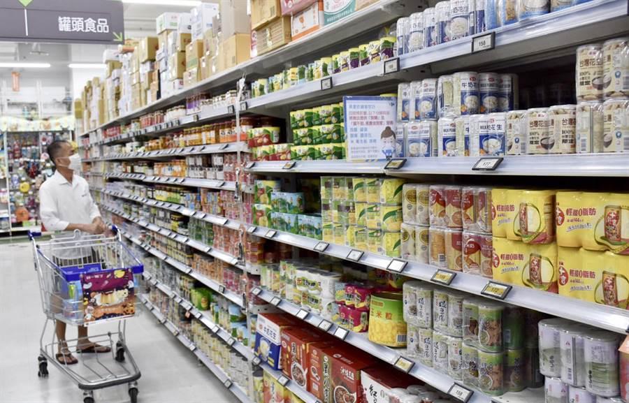 民眾於大賣場內,選購平場生活必需的各項商品。(台中市政府提供/陳世宗台中傳真)