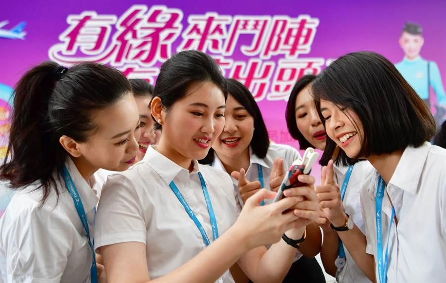 2018年8月16日,新入職廈門航空有限公司的台灣籍空中乘務員合影。圖中人物非作者本人。(新華社/圖)