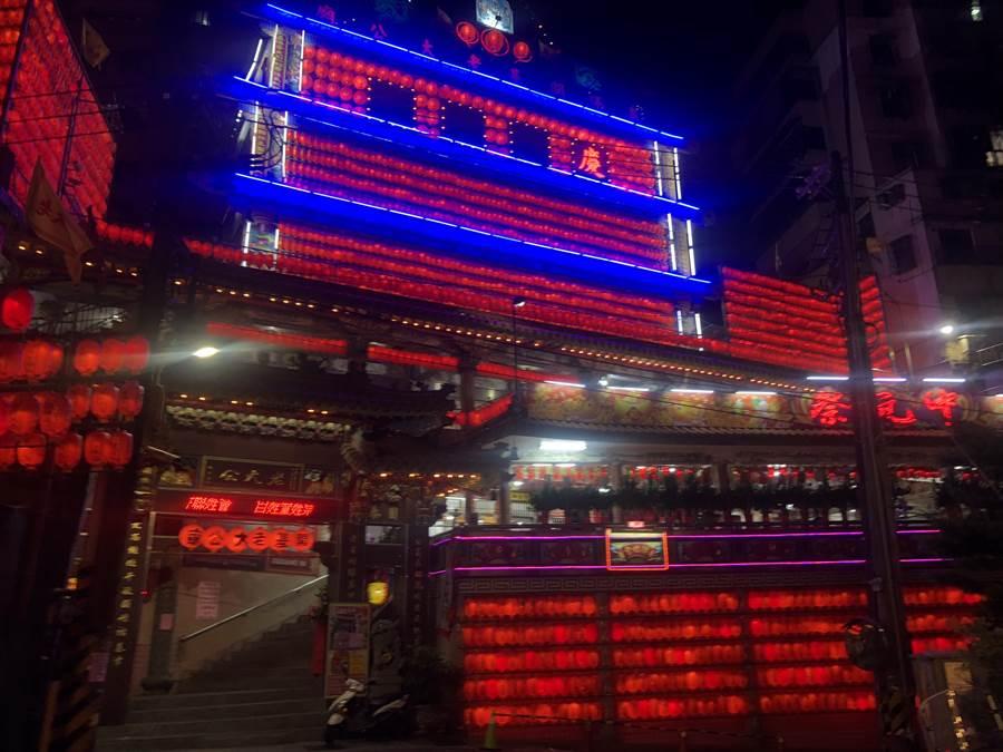 基隆老大公、三姓公燈火通明,呼籲民眾「戴口罩」參加祭典,圖為開基老大公廟。(吳康瑋攝)
