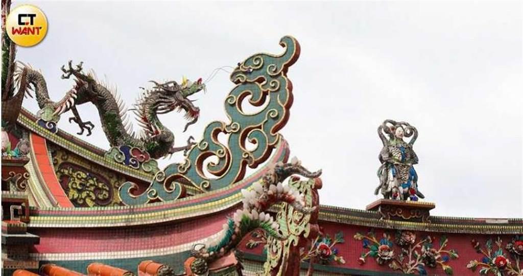 行天宮廟簷上的交趾陶作品出自陳義雄之手,他臨終前還惦念著三座行天宮的修復工作。(圖/張文玠攝)