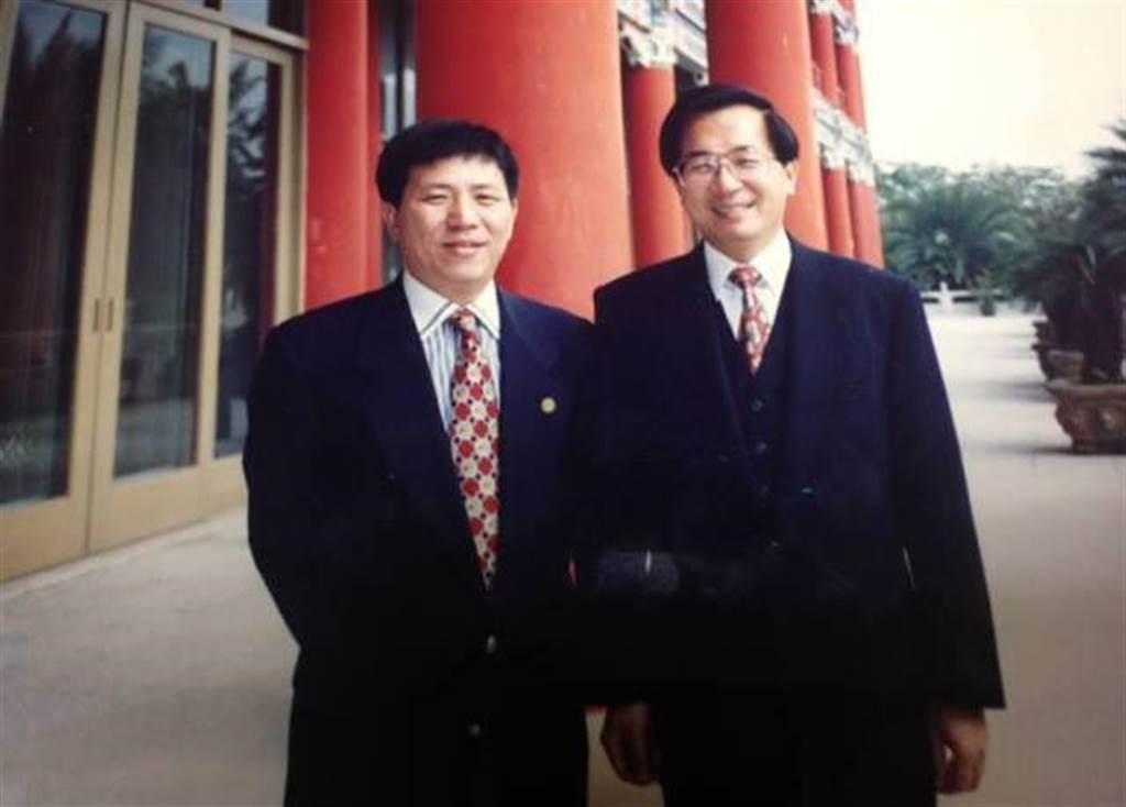 前立委蔡啟芳(左)、前總統陳水扁。(圖/摘自蔡啟芳臉書)