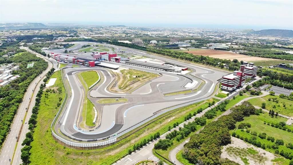 麗寶賽車旅店位於麗寶國際賽車場內,客房內就可俯瞰G2賽道宏觀。