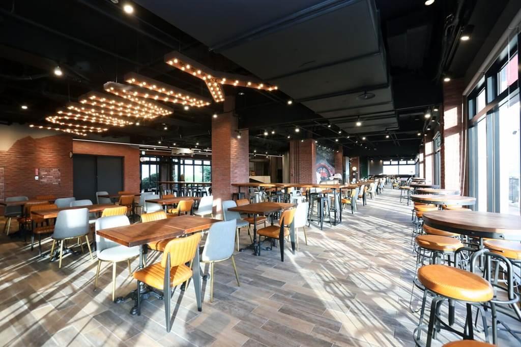 寬敞的早餐區,最佳觀賞賽道位置是落地窗高腳椅區。