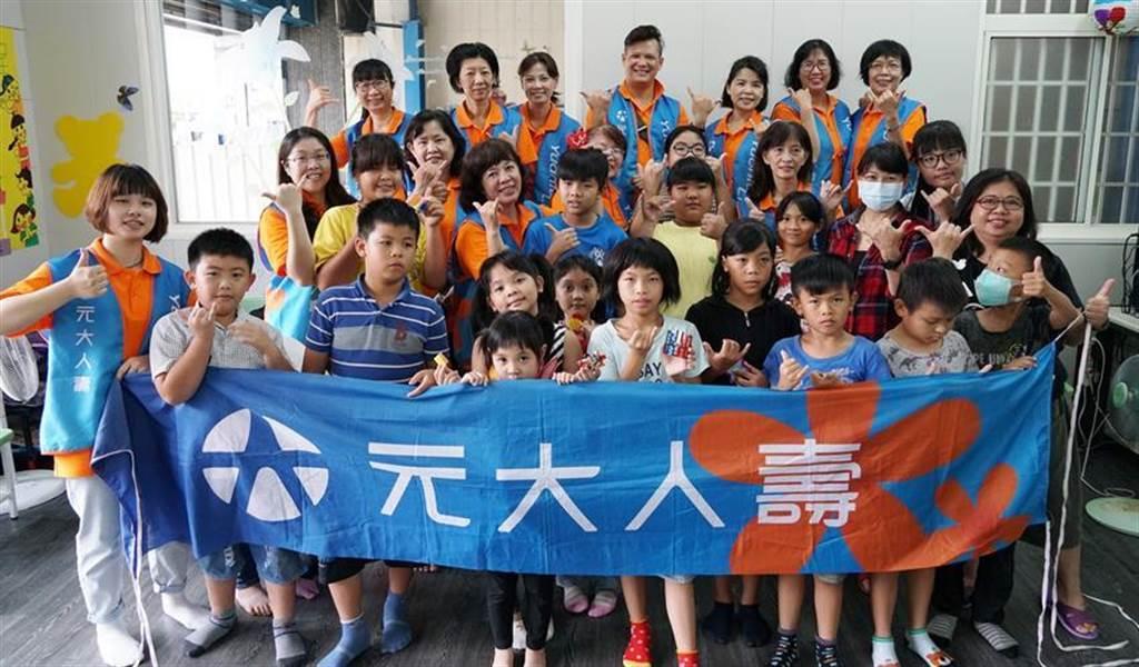 (「元大人壽小樹陪伴列車」的志工們,陪著六龜區偏鄉孩童一起成長茁壯。圖/元大人壽提供)
