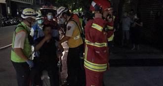 內湖凌晨住宅火警1家4口受困 命懸一線!獲救屋主軟腿坐擔架