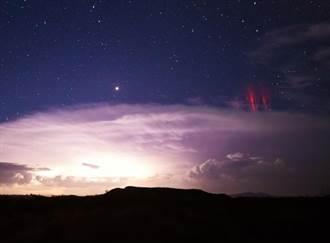 深夜出現橙色閃光 天文奇景「紅色精靈」飛舞在美國高空