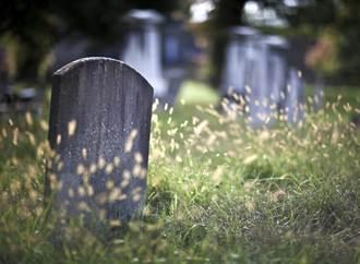 紅筆寫名犯大忌 專業解惑「墓碑賀成交」是主因
