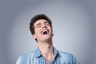 女大生約網友吃飯 男從包包拿出1神物  全場笑瘋:好加分