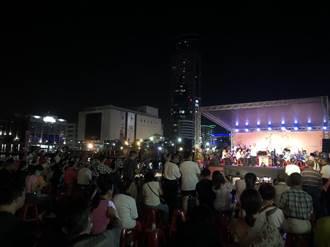 基隆中元藝文表演僅限1場 海洋廣場湧現大批民眾齊點燈