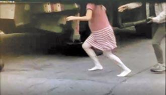 吊車撞機車 孕媽赤腳哭喊救女
