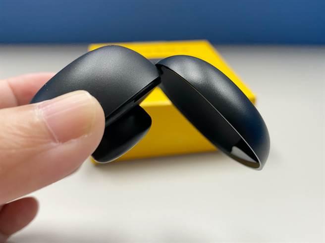 realme Buds Q有磁吸設計,耳機不容易掉落。(黃慧雯攝)