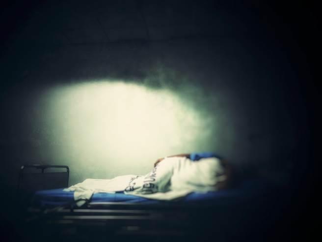 1名惡媳婦在婆婆重病時,給予極度的言語肢體暴力,導致重病婆婆不久後便撒手人寰。(示意圖/達智影像)