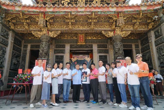 《粽邪2》劇組和演員參拜大甲鎮瀾宮。(華影提供)