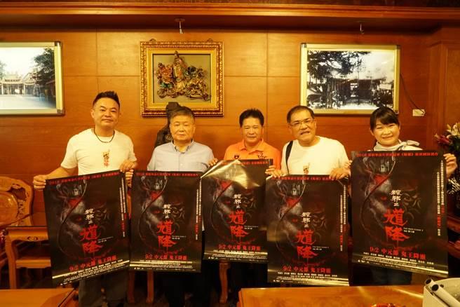 《粽邪2》監製鄒介中(左)與大甲鎮瀾宮董事長顏清標合影。(華影提供)