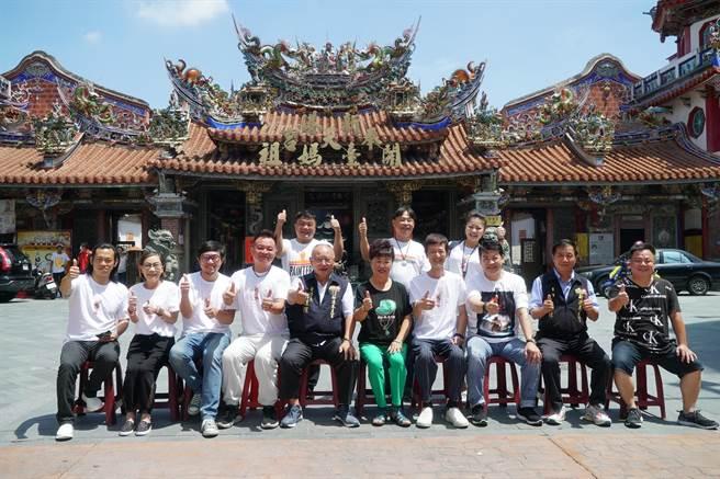 《粽邪2》劇組和演員在嘉義新港奉天宮受到熱烈歡迎。(華影提供)