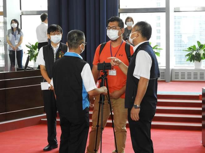 市議會公關主任及議長秘書協調羅廷瑋助理撤離錄影設備。(陳世宗攝)