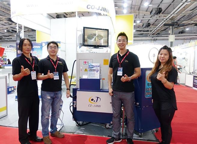 可杰企業總經理林杰祺(右二)率領行銷團隊和該公司結合冷凍機的高壓冷卻系統合影。圖/黃俊榮