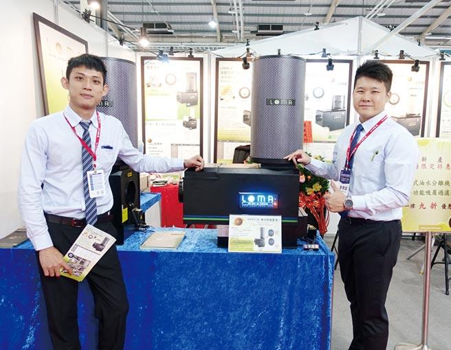 蓮花創新科技公司經理羅志偉(右)和該公司搭載數位智能裝置的「LOMA-AI油霧回收空氣清淨機」合影。圖/黃俊榮