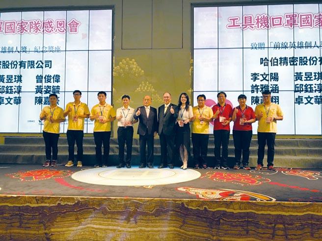 哈伯精密董事长许文宪(右六)带领工具机产业界抗疫有成,图为该公司团队接受行政院长苏贞昌(右七)表扬。图/庄富安